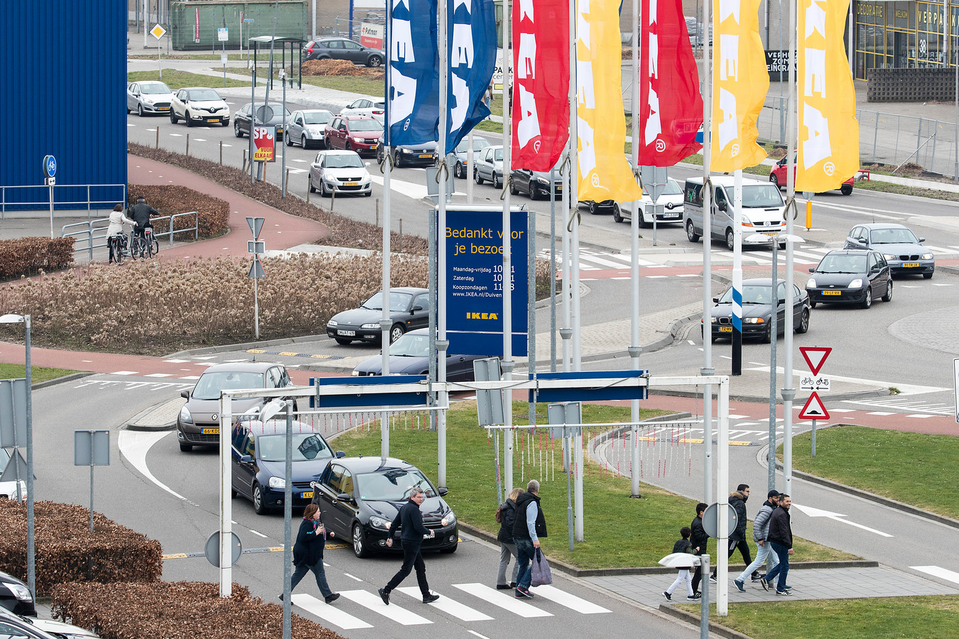 Oversteken bij Ikea in Duiven. Foto : Jan Ruland van den Brink