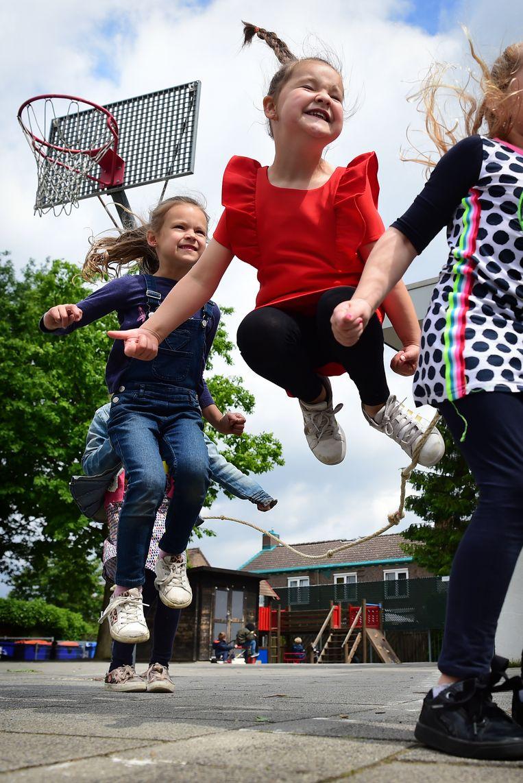 Kinderen op basisschool Wereldwijs in Landgraaf worden gestimuleerd veel te bewegen.  Beeld Marcel van den Bergh