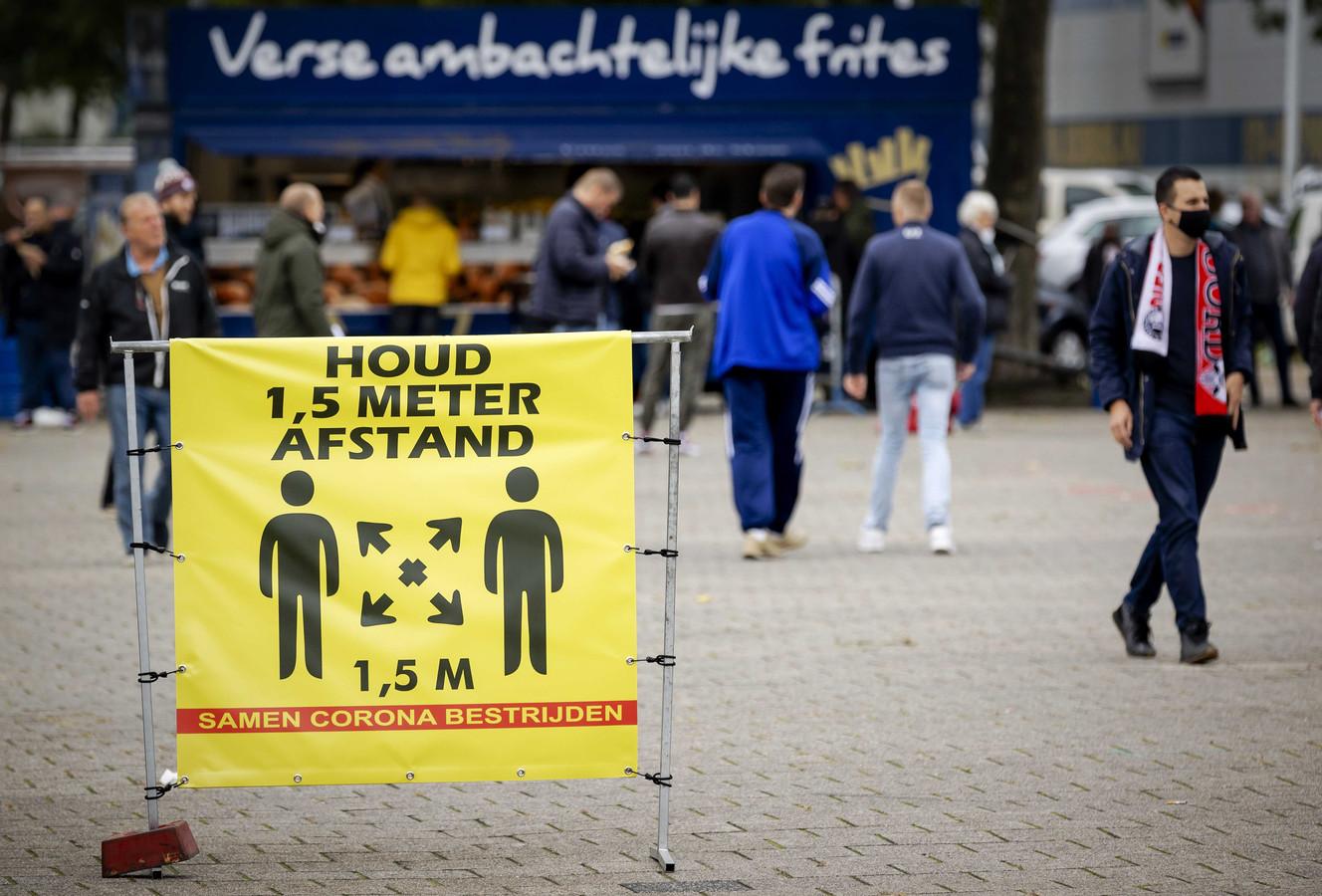 De bereidheid van Nederlanders om zich aan de coronaregels te houden neemt af.