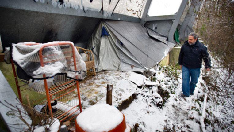 Glen, van daklozen-opvang HVO de Veste loopt langs plekken waar dakloze wonen, zoals hier aan de Ringweg A 10, in Slotervaart. De meeste daklozen zoeken met dit weer overdag opvang binnen. Foto Klaas Fopma Beeld