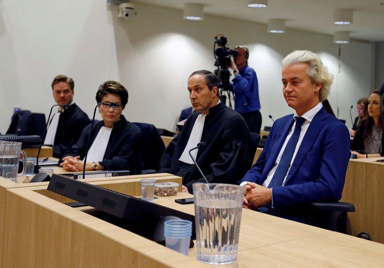 Geert Wilders en raadsheren in rechtbank Amsterdam. Beeld REUTERS