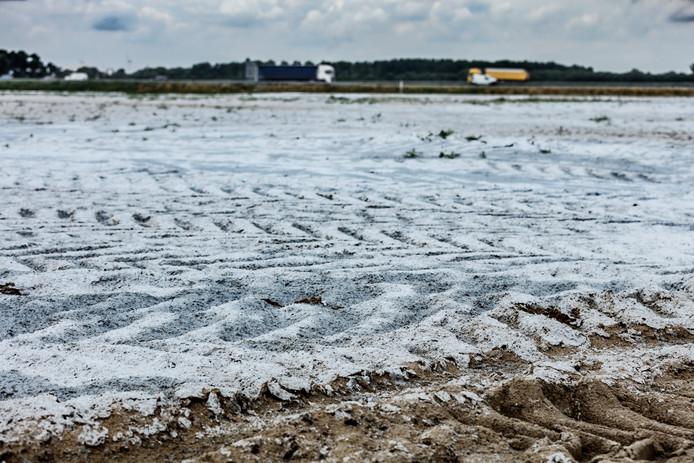Een enorme partij  afgedekt zand ligt al klaar langs de A17, maar met het Logistiek Park Moerdijk (LPM) wil het niet vlotten. Een uitspraak bij de Raad van State laat op zich wachten.