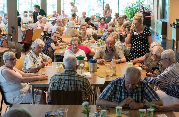 Zo kan bingo dus voorlopig niet worden gespeeld: met zijn allen dicht op een kluitje. Hier een foto uit Oosterhout.