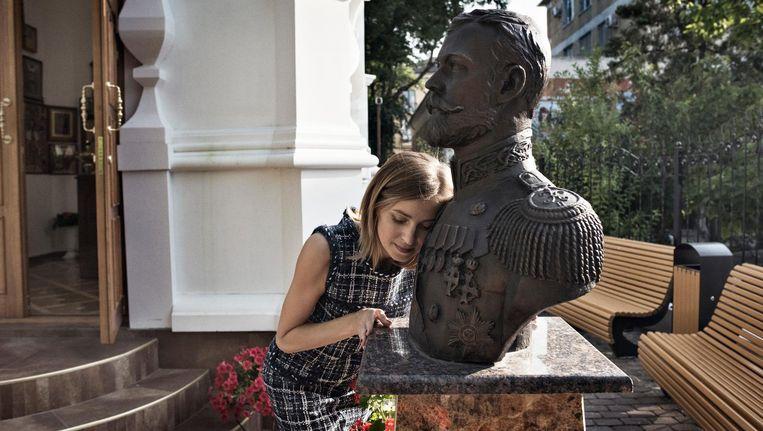 Parlementariër Natalja Poklonskaja met een beeld van haar geliefde tsaar. Beeld Yuri Kozyrev