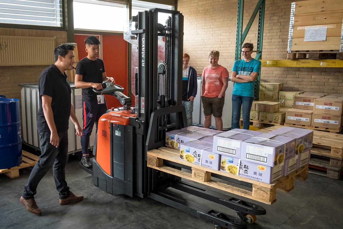 Walter Rijnbout geeft les aan toekomstige vrachtwagenchauffeurs en logistiek medewerkers.