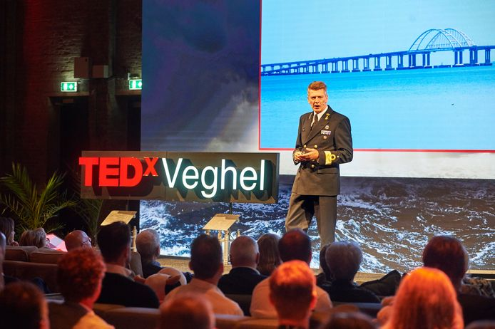 TedX in de koekbouw Noordkade Veghel. Boudewijn Boots tijdens lezing.