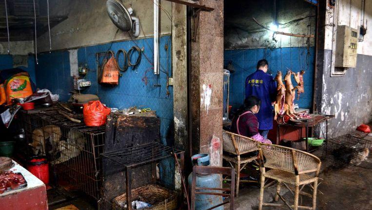 Honden op de markt in de Zuid-Chinese stad Yangshuo. Beeld Stan Putman