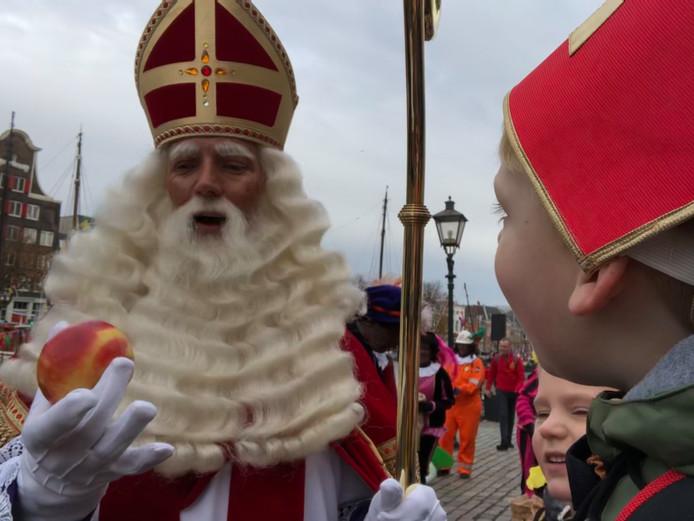 Het paard van Sinterklaas in Dordrecht kreeg van Jelle een appeltje voor de dorst. Dat vond de Sint erg lief van hem.