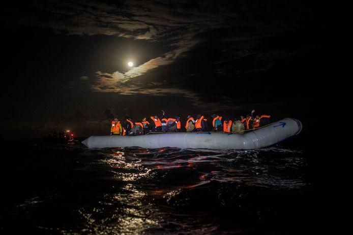 Een bootje met vluchtelingen dat de Middellandse Zee probeert over te steken (archiefbeeld).