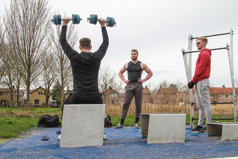 In deze beweegtuinen in Leeuwarden staan verschillende fitnessapparaten die door iedereen gebruikt mogen worden. Voor de sporters een goede manier om toch in conditie te blijven zolang de sportscholen gesloten zijn.  Beeld Hollandse Hoogte / Novum RegioFoto