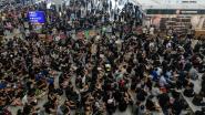 Luchthaven Hongkong opnieuw lamgelegd door blokkade manifestanten, Chinese legervoertuigen verzamelen aan grens