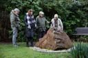 Rob en Silene Fredriksz (links) met lotgenoten John en Lisa Mosy,  bij een monument ter nagedachtenis aan de slachtoffers van de Lockerbie-ramp.