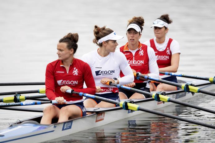 Dubbel vier met vooraan Nicole Beukers, Inge Janssen, Sophie Souwer en Olivia van Rooijen