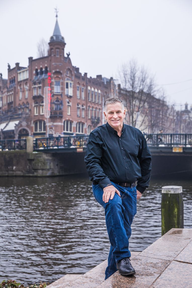 Kevin Jennings  bij het homomonument in Amsterdam: 'Als je in New York of Amsterdam woont, kan je de misleidende indruk hebben dat alles oké is.' Beeld Marlena Waldthausen