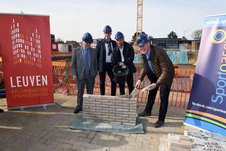Burgemeester Louis Tobback (l.), schepen van Sport Erik Vanderheiden (r.), Wouter Haegemane en Michael Schouwaerts (Sportoase) leggen de eerste steen van de zwembadsite.