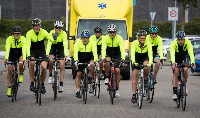 Negen broeders van de Ambulancedienst Zuid-Holland Zuid fietsen deze week 1100 kilometer.