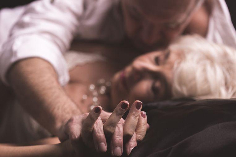 """Het is onzin om te denken dat het seksleven stopt op pensioengerechtigde leeftijd. Maar toch wordt er zelden over gepraat, zo zien seksuologen. """"Het taboe is vaak groot. En toch: vrouwen boven de zestig hebben alles op een rij, kennen hun lichaam, nemen de tijd om te genieten. Die worden op handen gedragen door hun man."""""""