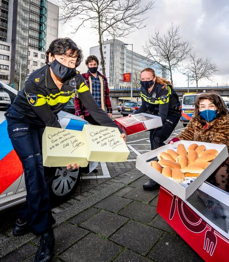Wendy en Michiel brengen kroketten en kaassoufflés naar agenten na rellen: 'Even onze steun laten zien'