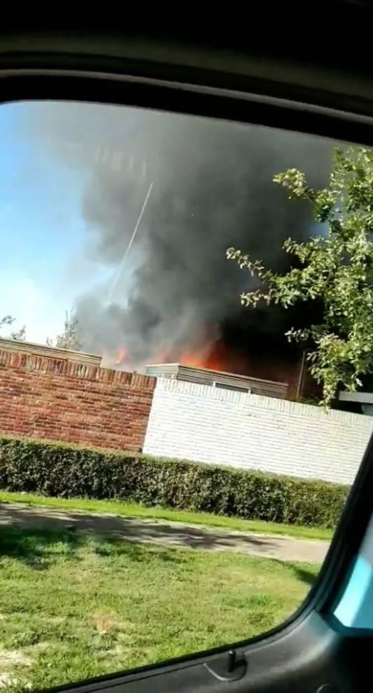 Zo zag de brand in Zevenaar eruit vanuit Mendel z'n bezorgbus.