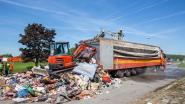 Vrachtwagen met afval in brand op R0