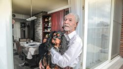 """Ex-financieel directeur Raymond (81) stortte al zijn spaargeld aan vals internetliefje: """"Ik voel me zo ridicuul"""""""