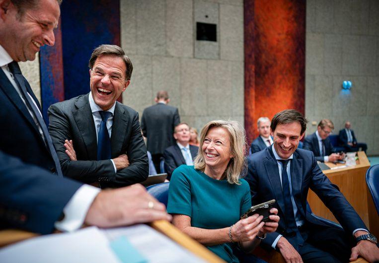 Hugo de Jonge, Mark Rutte, Kajsa Ollongren en Wopke Hoekstra kijken naar Lucky TV - of lezen ze Dagkoersen? -  tijdens de Algemene Politieke Beschouwingen.   Beeld Freek van den Bergh