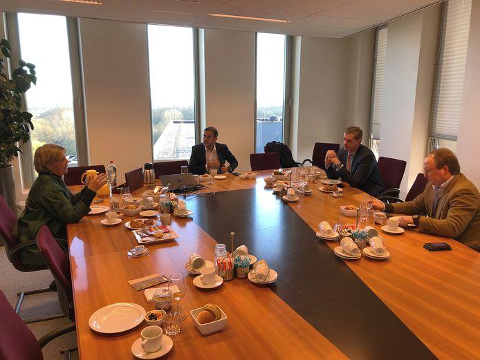 De ziekenhuisbestuurders Peter van der Meer en Anneke Sanderse vertelden de burgemeesters - met ruime persoonlijke afstand aan de ontbijttafel - hoe de ziekenhuiszorg nu is ingericht.