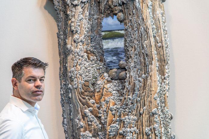Directeur Leonard Pekaar van Van der Straaten Aannemingsmaatschappij in Hansweert voor het kunstwerk van Johnny Beerens.