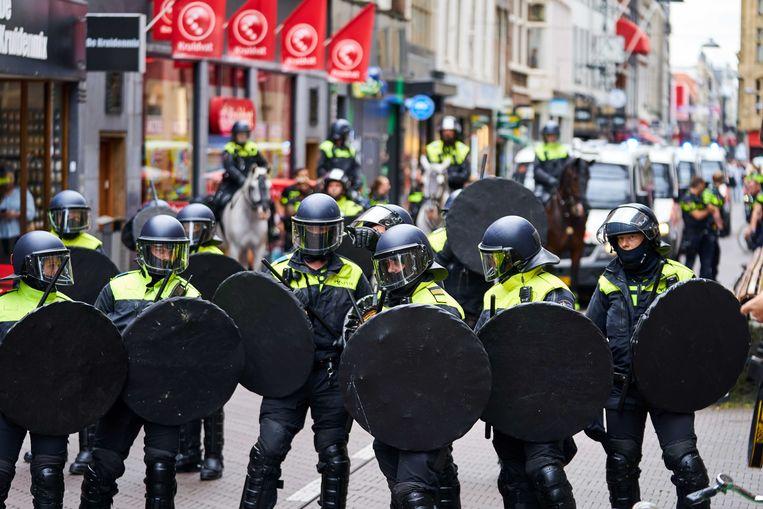 Tijdens een demonstratie tegen de coronamaatregelen rond het Binnenhof, op 20 augustus, sloot politie de ingangen naar het gebouw van de Tweede Kamer en het Binnenhof af. Beeld ANP