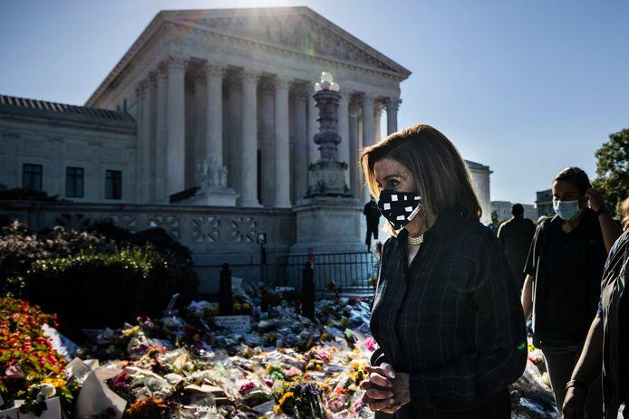 Rouwende mensen bij het hooggerechtshof. Ook Nancy Pelosi, voorzitter van het Huis van Afgevaardigden, betoont eer.