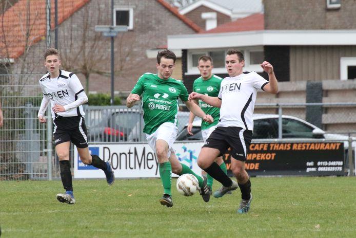 VCK (witte shirts) in de aanval tegen Nieuwdorp.