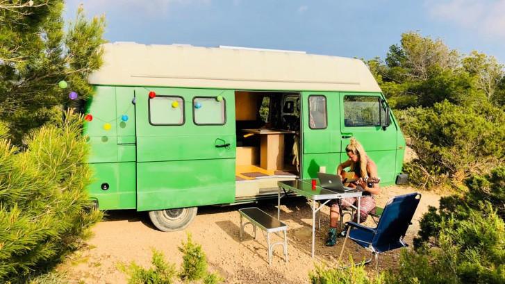 Sander en Marloes ruilden hun huis in voor een camper op Ibiza
