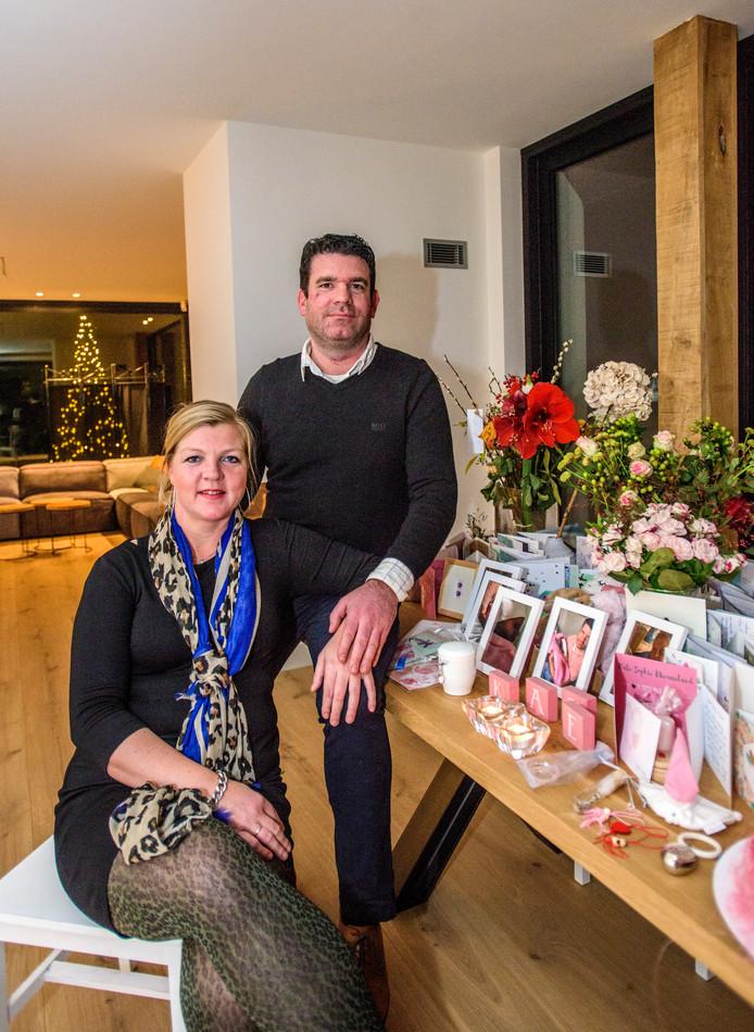 Nienke van Oers (40) en Bart Nieuwland (39) putten troost uit een tafel vol met bloemen en kaartjes, gekregen bij de geboorte en het overlijden van hun dochtertje Kate.