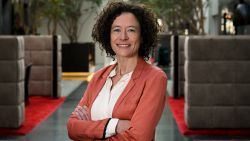 """Yasmine Kherbache (sp.a): """"De mensen rekenen op ons. Aan elke deur beginnen ze over de energiefacturen"""""""