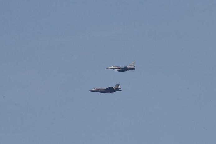 De JSF vergezeld door een F-16 boven Eindhoven