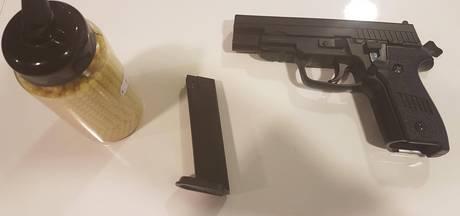 18-jarige hangt met nepwapen uit raam in 's-Heerenberg