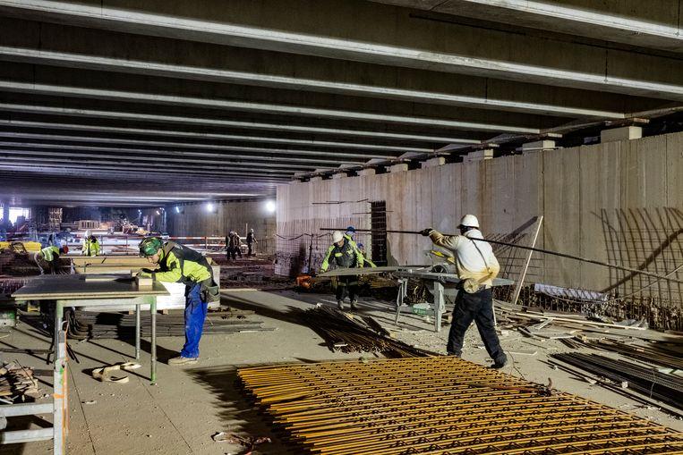 Ondergronds zijn een honderdtal arbeiders druk in de weer om de tunnels klaar te krijgen.