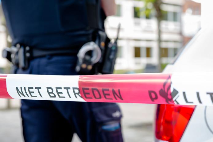 Er is een dode vrouw gevonden in haar woning aan het Putsmolentje in Ossendrecht. De politie heeft een man aangehouden in de woning.