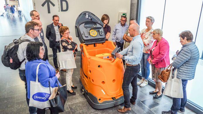 Nicolas Schouppe van het bedrijf Diversey legt uit hoe je de robot schoonmaakt.
