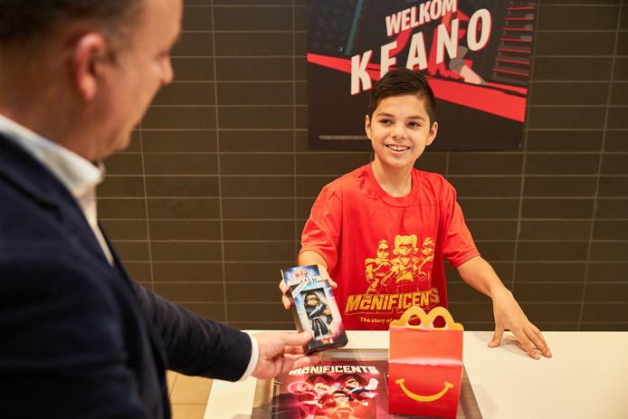 Keano (11) krijgt in de McDonalds in Oosterhout zijn eigen actiefiguurtje