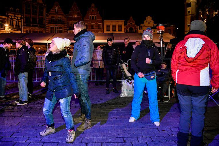 Dansen om het wachten te doden. Daarvoor kunnen de aanwezigen rekenen op muziek  van DJ's op de Grote Markt.