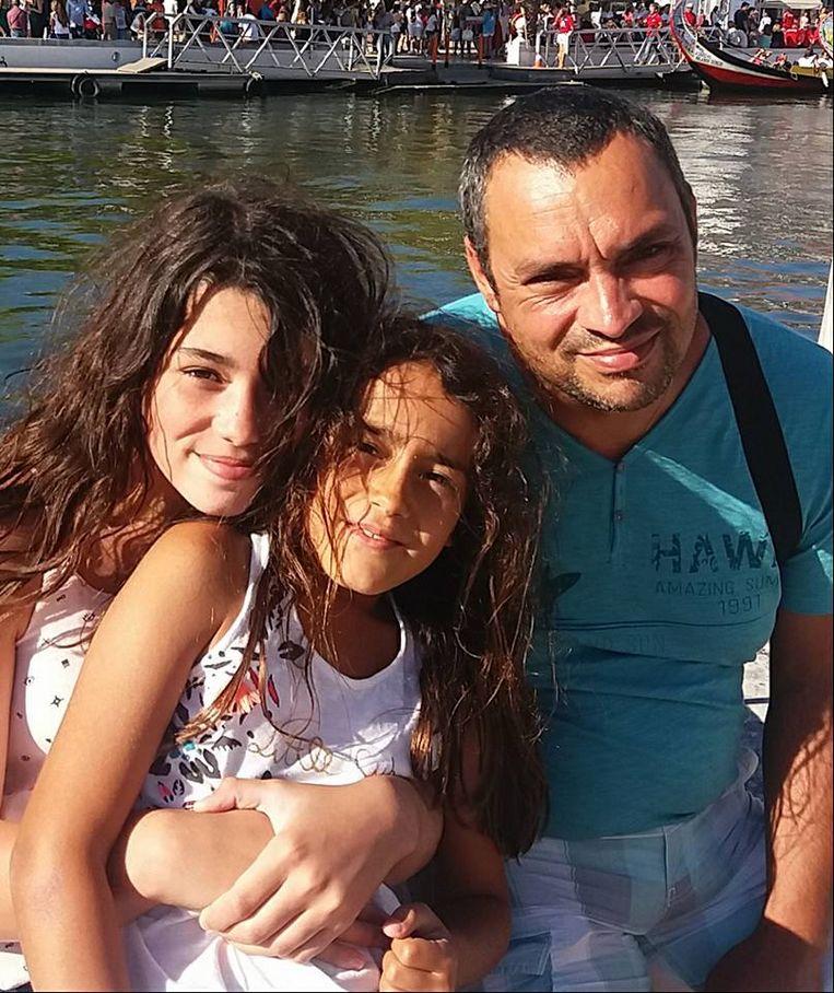 Maëlys (midden) met haar zusje en papa. De foto werd gisteravond door mama Jennifer op Facebook gedeeld.