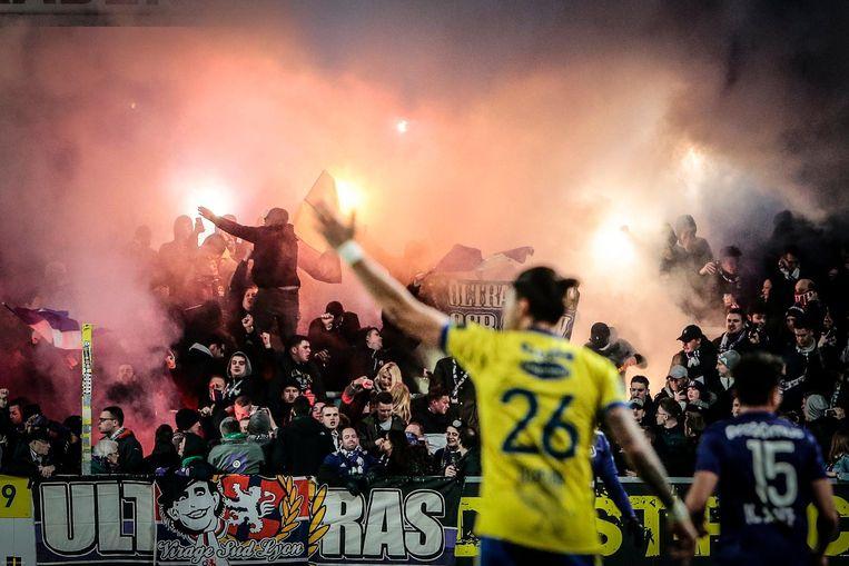 """""""Neen, maar goed dat de kooi er is, of de grasmat was met al dat vuurwerk alweer naar de knoppen"""", zegt stadioneigenaar Roland Duchâtelet."""