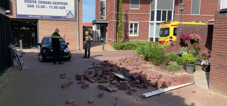Automobiliste ramt muur in centrum van Twello, 89-jarige bewoner schrikt zich rot