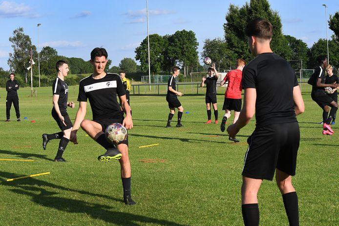 Spelers die mogelijk volgend seizoen samen het gecombineerde Onder 19-team vormen, trainen nu al op de velden bij JVC Cuijk.
