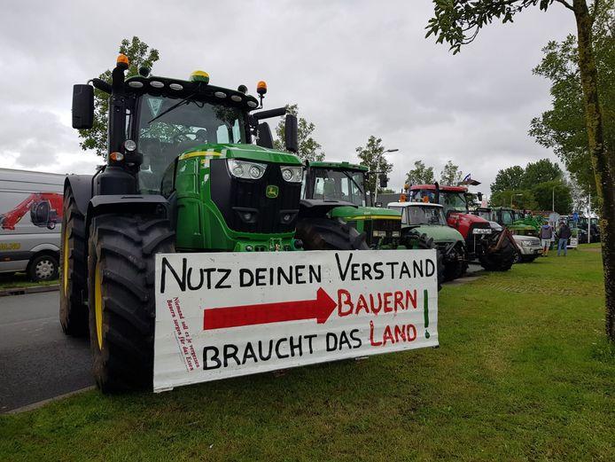 Protestboeren hebben hun kamp opgeslagenh voor het distributiecentrum van Albert Heijn in Zwolle. Onder hen een aantal boeren uit Duitsland die hun Nederlandse collega's een hart onder de riem staken.