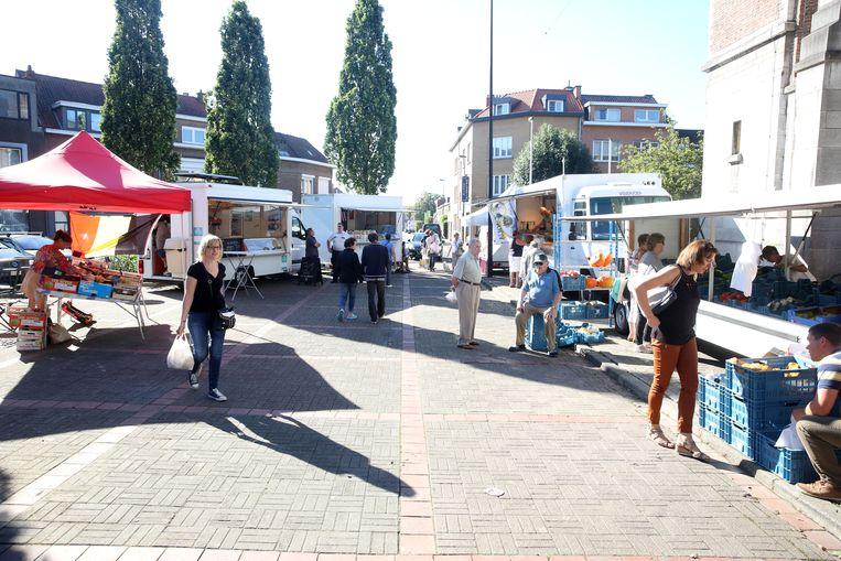 Inwoners van Negenmanneke ontdekken welke kramen er staan op hun markt.