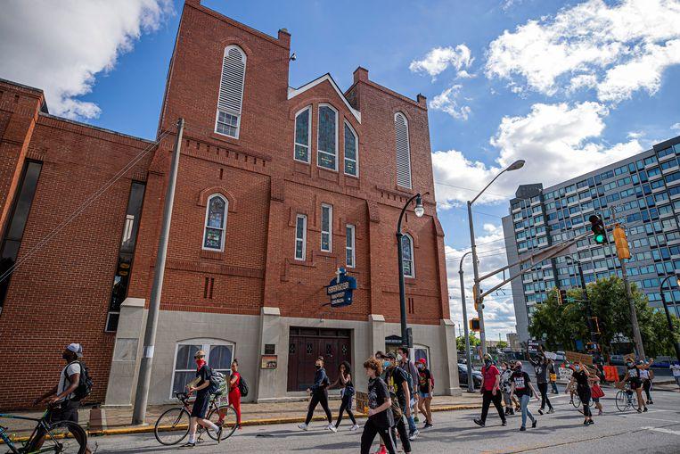 Black Lives Matter-demonstranten passeren de historische Ebenezer Baptist Church in Atlanta. Beeld EPA