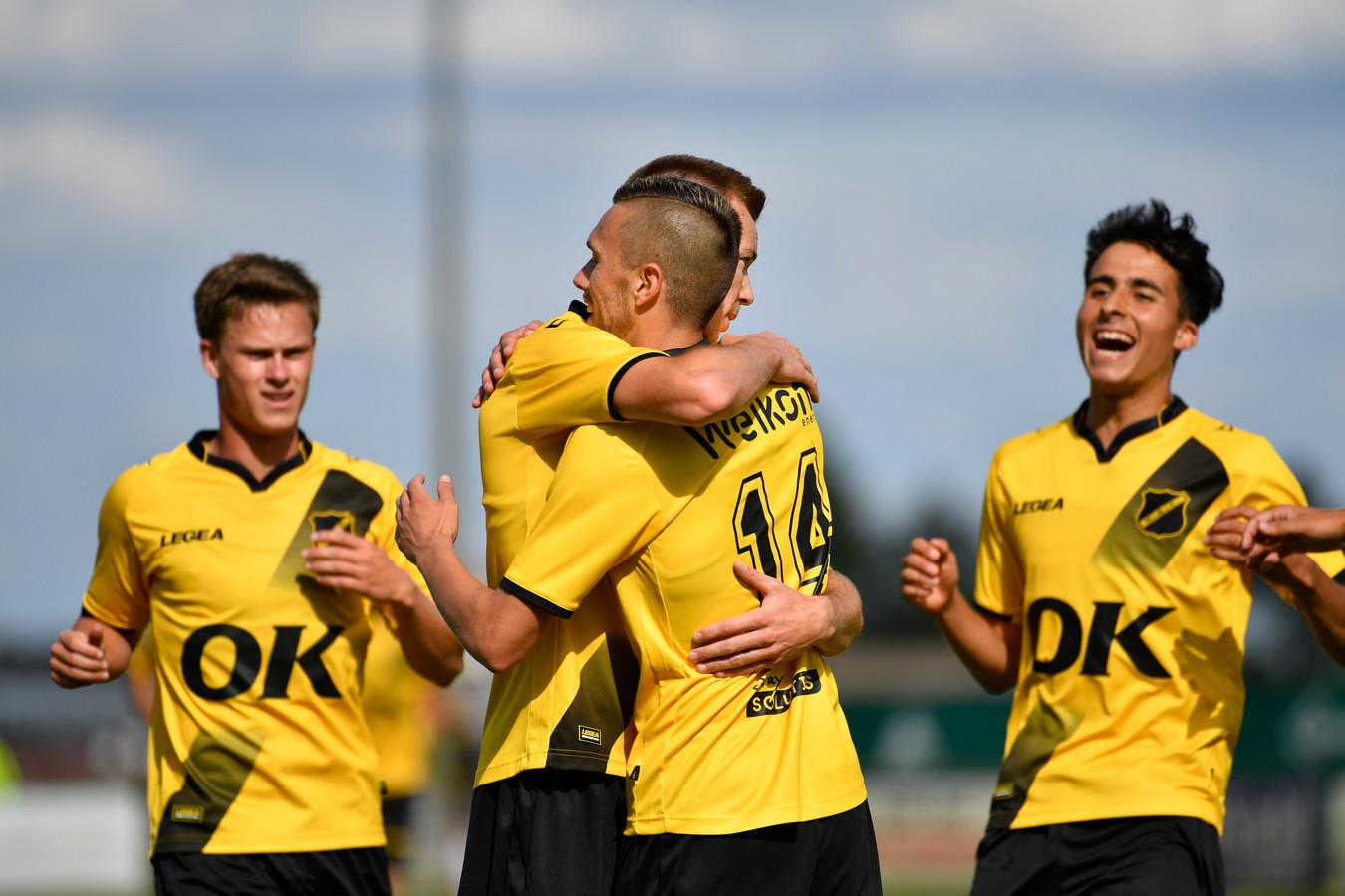 Verschueren omhelst Filipovic na een van zijn twee doelpunten zondag tegen Lokomotiva Zagreb, Robin Schouten (l.) en Yassine Azzagari delen mee in de feestvreugde.