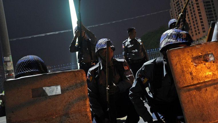 Politieagenten in Birma proberen religieus geweld te stoppen Beeld afp
